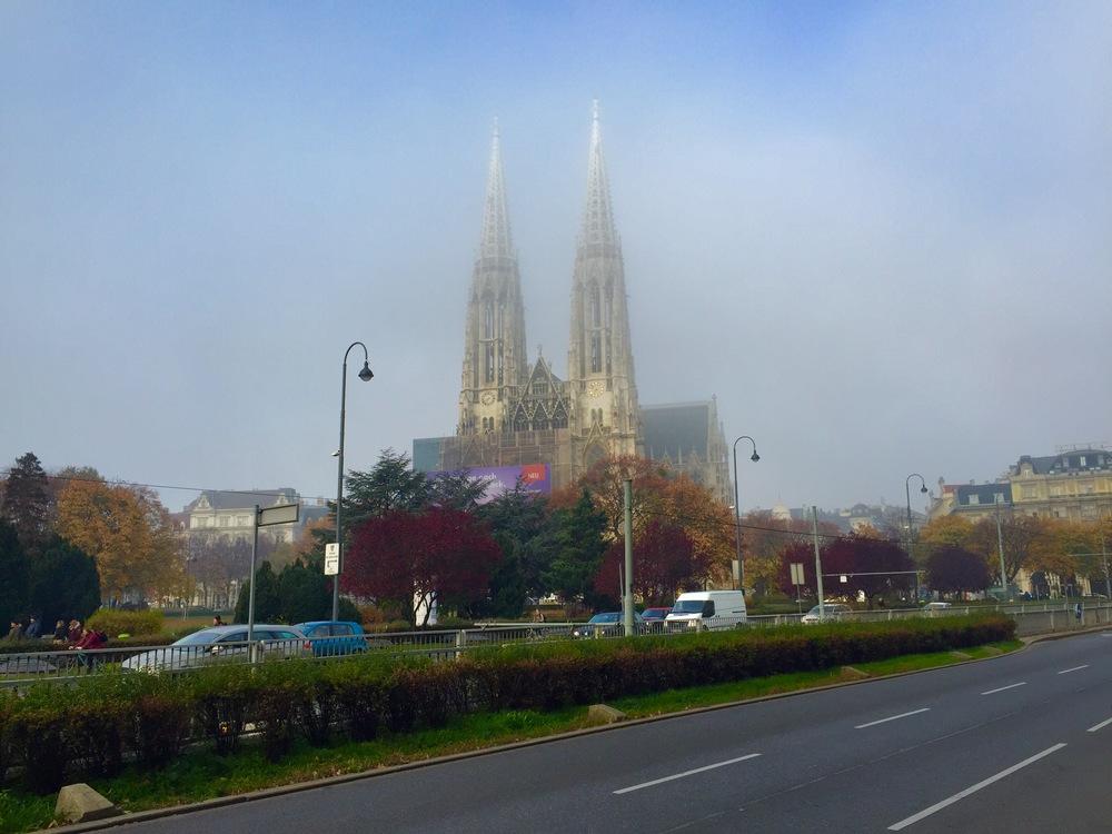 Votivkirche im Nebel