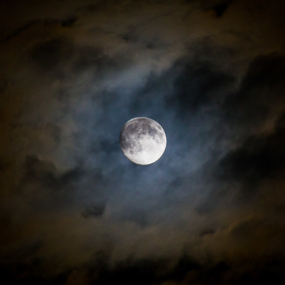 Das 100-400 mm als Astroobjektiv. Es gilt: pro 100 mm Brennweite werden Sonne oder Mond 1 mm groß abgebildet. So kommt man erst bei 400 halbwegs nahe und im Idealfall 1000 mm richtig nahe ran.