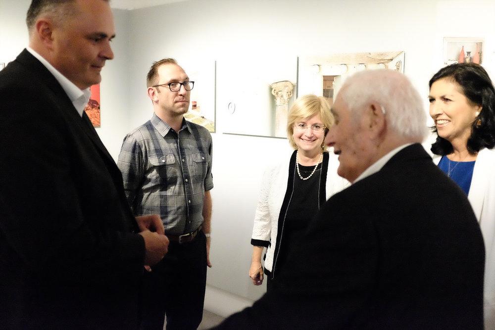 Danielle Spera mit ihrem Vater, der israelischen Botschfterin, Adam Reynolds und BM Doskozil (v.r.n.l.) in der Ausstellung