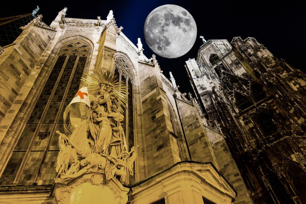 Eines meiner eigenen Kompositfotos - Hier der Stephansdom mit dem Mond