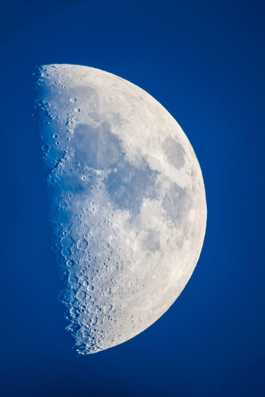 Rohfoto bei Halbmond und kurz vor der Dämmerung. Deutlich sind hier die Oberflächendetails an der Tag-Nach-Grenze (Terminator genannt) des Mondes erkennbar.