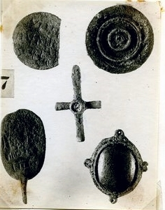 Objects of personal adornment from various tombs excavated in 1922.