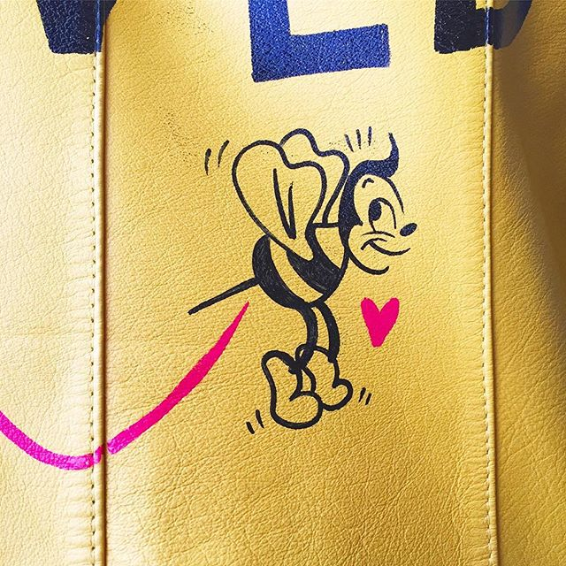🐝✨ #ninasworld #custom #leatherjacket #details #handpainted #ninapalomba #illustration #nethinggoes