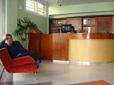 Una mañana antes de ir a turistear, Mundo esperaba a todos en el lobby del hotel.