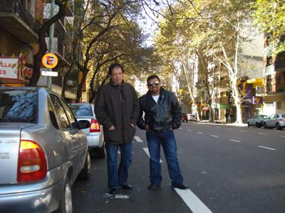 Luis Alberto y Juan Carlos, disfrutando de un paseo matutino….Buenos Aires, ¡Mas hermoso que nunca!