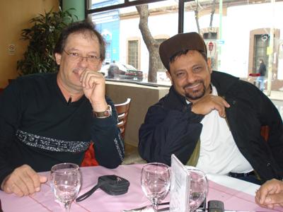 """Juan Carlos y su """"Compay"""" Barrera en """"La Fuente"""",el café donde planearon ciertos cambios en su show."""