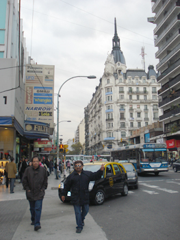 Los compadres en pleno centro de Buenos Aires, las calles Pueyrredón y Pasteur, no cabe duda , ésta es una ciudad para disfrutar.