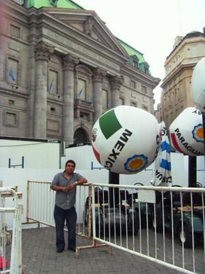 Víctor Herrera, en esta decoración con pelotas inflablesy el nombre de cada país de América....¡por su puesto Víctor escogió la de México!