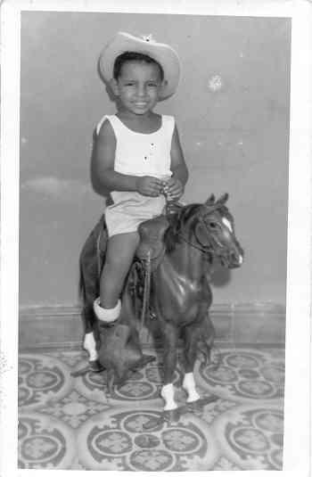 Mi infancia entre Tacámbaro Michoacán y Miguel Alemán Tamaulipas, marcó para siempre mi vida, de un constante galopar, por este cansado asunto de vivir.