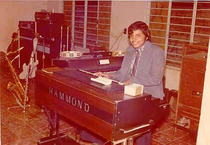 """En 1972 asistí al baile del Club Orquídea de Miguel Alemán, donde actuaría una super banda de Monterrey: La Banda Macho.  Recuerdo que le pedí al tecladista, que me permitiera tomarme esta foto en su teclado Hammond, a lo que él aceptó de una manera muy amistosa, cosa que siempre le agradecí y le agradeceré.  ¿El nombre de este tecladista?......!Virgilio Canales¡ hoy director de la agrupación """"Liberación""""."""