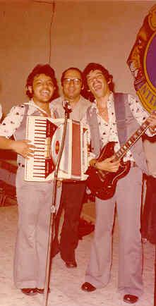 """En esta foto estoy """"rebanándola"""" con uno de mis mejores amigos: mi compadre Luis Alberto Barrera, atrás está Don Ray, su papá, siempre """"checando el punto"""".  Eran nuestros inicios y éramos inmensamente felices."""