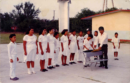 Aquí tenía 8 años de edad y ya tocaba el teclado en el coro en mi Escuela Primaria..