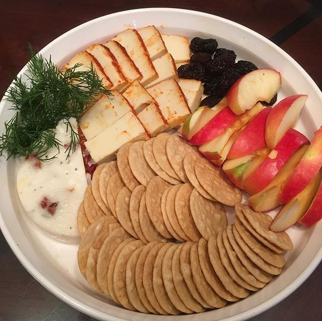 Vegan Xmas family. Best vegan cheese ever we made for this night. @lisamyaf amazing teacher. Thank you vegan mozzarella with sun-dried tomato. Munster and sun-dried black olives. Served with rice crackers and apples. #vegan #liveplantbased #compassionatefood #veganitalian