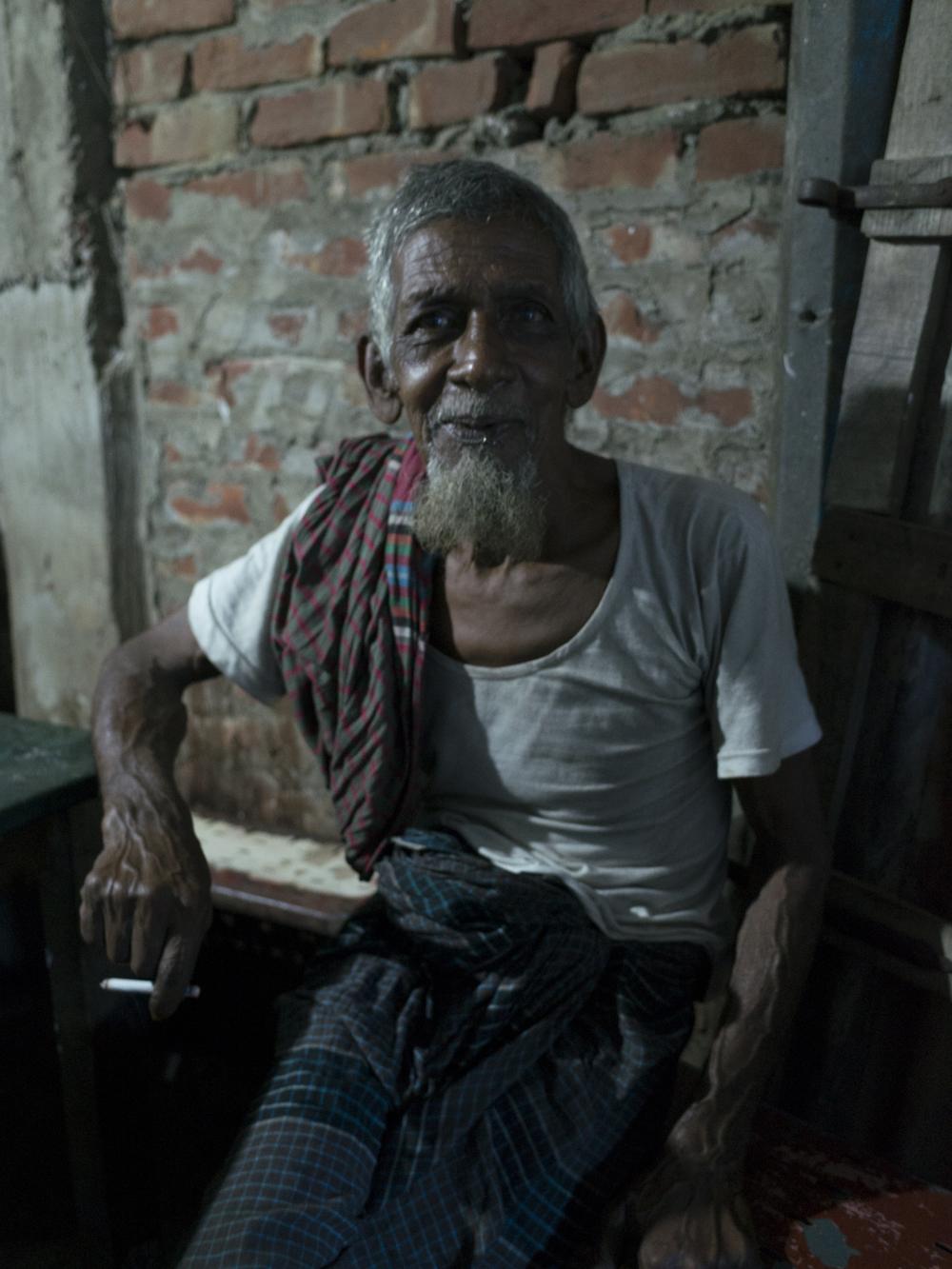älterer Herr beim High-Tea