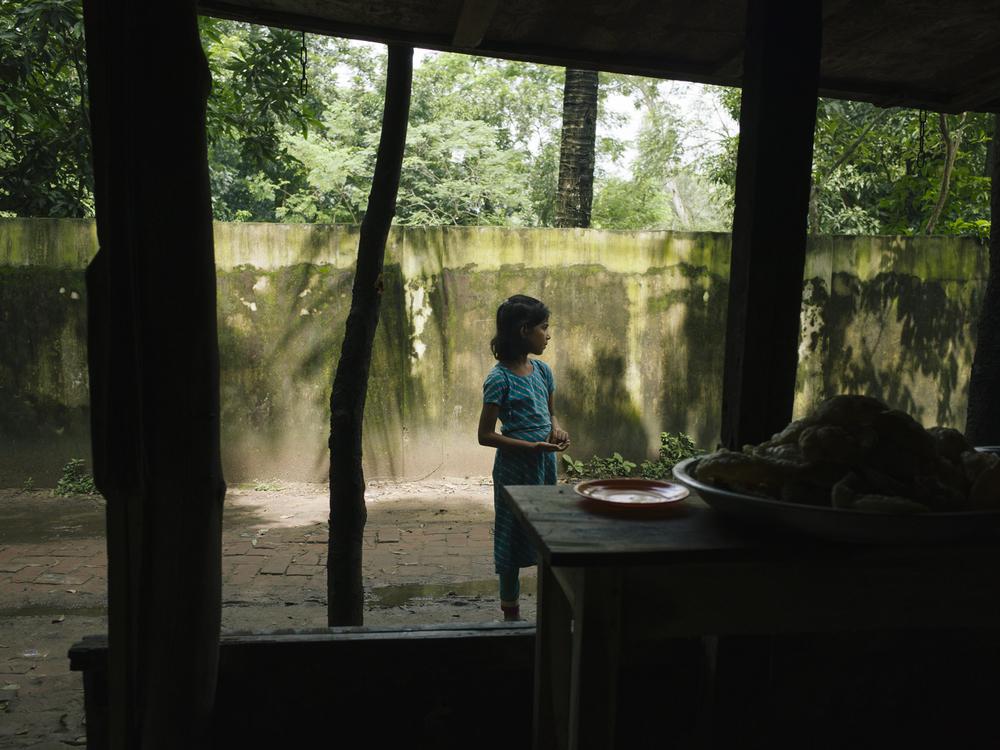 Mädchen in einer Arbeiter-Siedlung