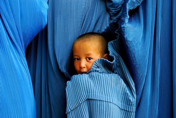 bocah-afghan-bersembunyi-di-balik-burqa