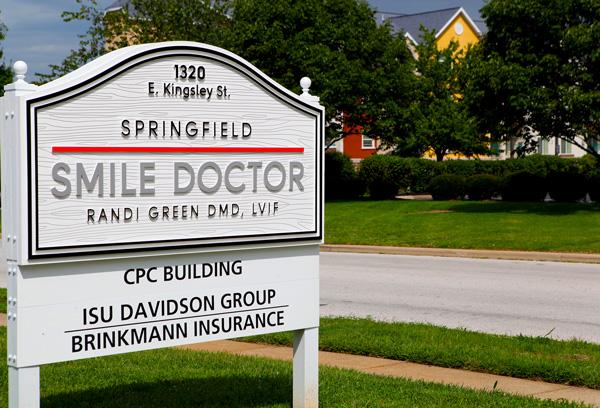 springfield-smile-doctor-randi-green-dmd-lvif-springfield-practice-street-sign-web.jpg