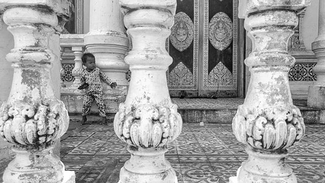 Daily life of kids in Phnom Penh. #streetphotography #streetkids #streetlife #kids #phnompenh #cambodia #wat #blackandwhite #blackandwhitephotography #bnwphotography #bnw #documentaryphotography #dailylife #kanmanphotography #travelphotography #travel