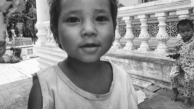 Khmer kids hanging in a Wat. #khmer #khmerkids #phnompenh #phonetography #cambodia #saravoantechopagoda #kids #streetlife #streetphotography #documentary #documentaryphotography #blackandwhitephotography #blackandwhite #bnw #bnwphotography #kanmanphotography #travelphotography #travel