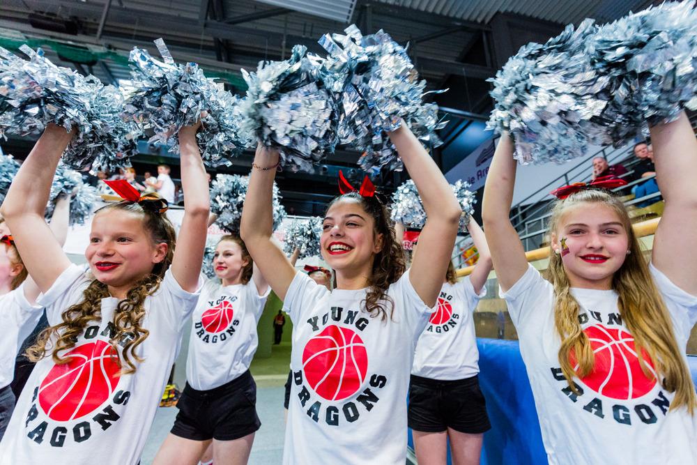 HAGEN, GERMANY - Mai 16, 2015: während des Jugend Basketball Bundesliga (JBBL) Halbfinal-Spiels zwischen Young Dragons Quakenbrück (U16) und TSV Tröster Breitengüßbach (U16), in der ENERVIE Arena in Hagen, Deutschland.