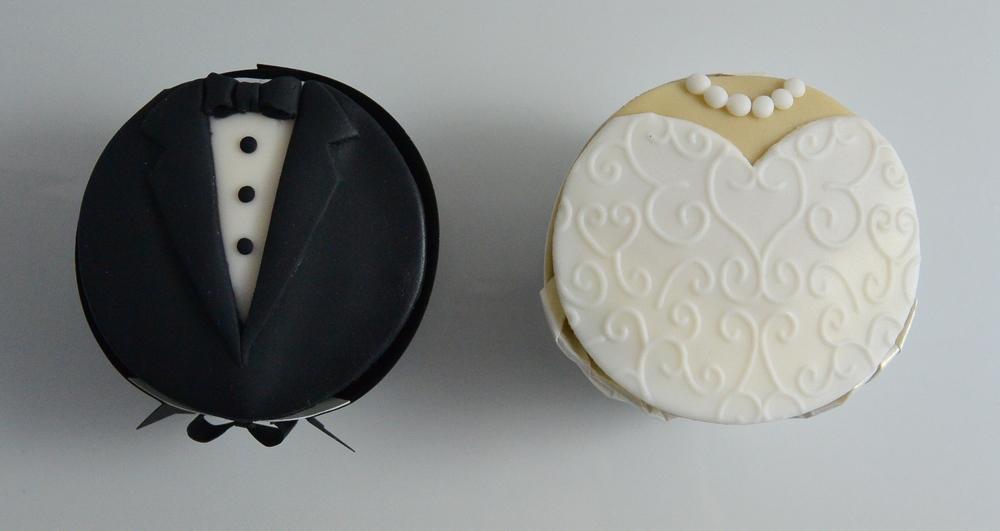 LBC 1505 - Bride and Groom Wedding Cupcakes.jpg