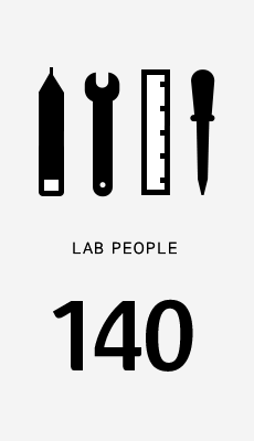 아모레퍼시픽 디자인 랩에서 함께 일하는 인원은 약 140명으로 디자인 전공자 뿐만 아니라 최상의 디자인 도출을 위한 다양한 경험을 가진 인재들로 구성 됩니다.    About 140 people are working for AMOREPACIFIC Design Lab. They are talented persons who have a wide range of experiences, and the best design specialists in the business today.