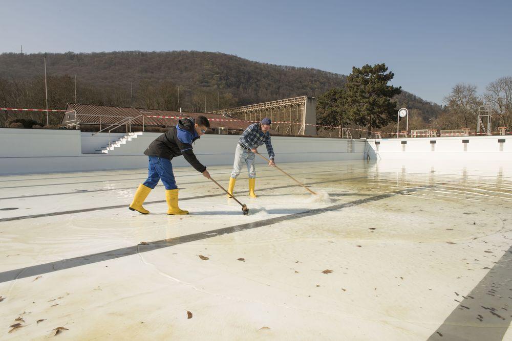 Auf dem Foto Bad-Mitarbeiter Joao Assmann und Julio Da Silva Simoes bei der Becken-Reinigung.