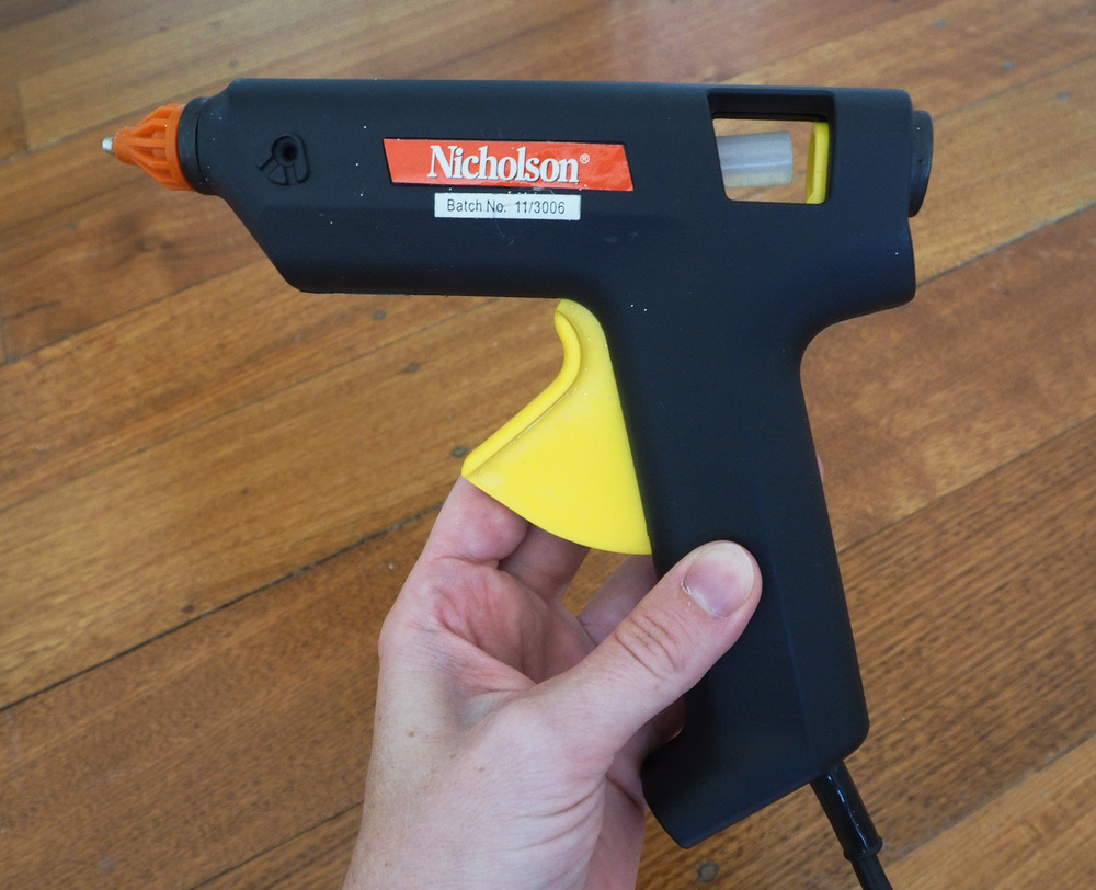 Glue gun for attaching pegs