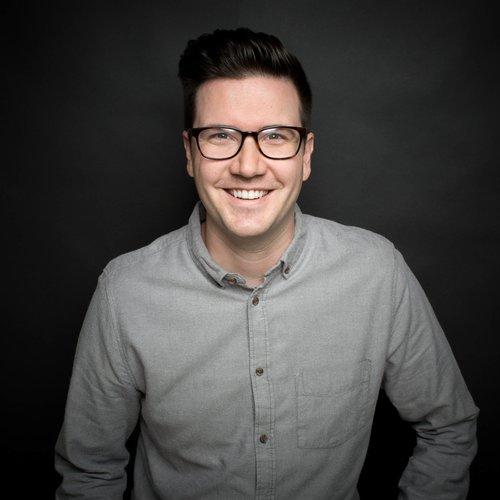 Ben Woodman  ¡Ben también está de regreso y será uno de los presentadores de la nueva serie! Ben es el Coordinador Internacional de Jóvenes en Alpha. Él y su esposa Melissa viven en Vancouver, British Columbia, donde él trabajó como pastor juvenil durante 10 años antes de integrarse al equipo de Alpha.  Encuéntralo en Instagram y Twitter como @benwoodman.