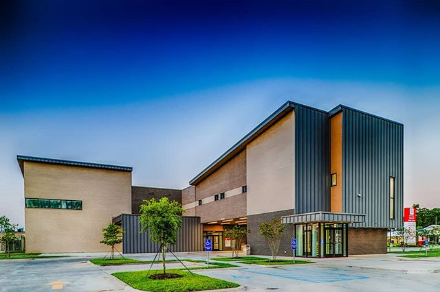 The wrapping of the standing seam metal panels on the Nelson Medical Office Building creates clean modern forms suitable for modern medicine.  Photo by @lindseyjaniesphotography • • •  #architecture #design #healthcare #hospitals #pdsarch #metal #archdaily #architecture_hunter #lakeCharles #louisiana #mbci #healthcaredesign #building #design #archilovers #construction