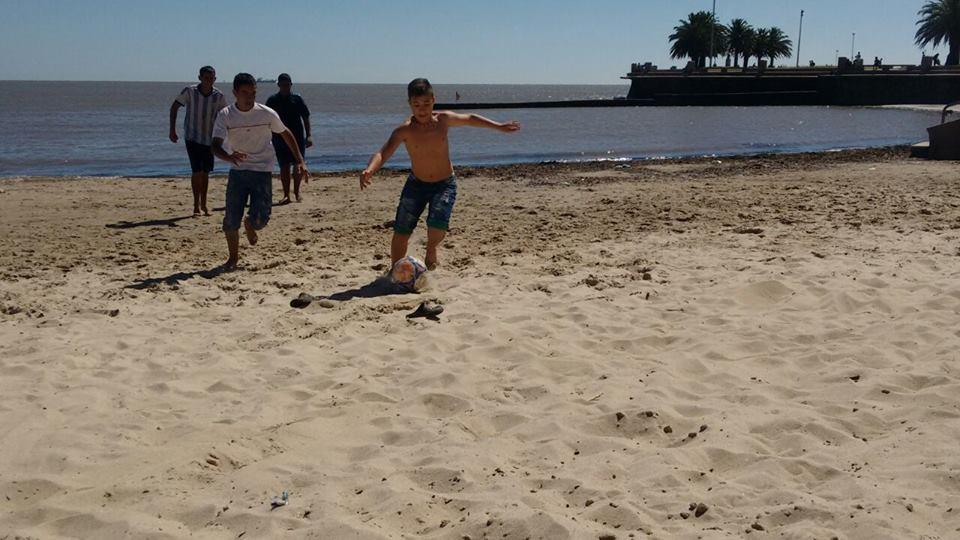 Futebolzinho na Praia de Ramirez (Montevidéu)