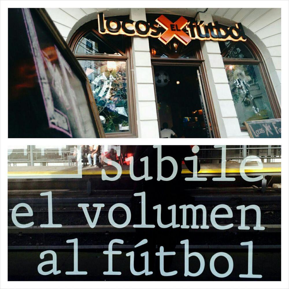 Vitrine e até o ponto de ônibus em Buenos Aires com referências ao futebol.