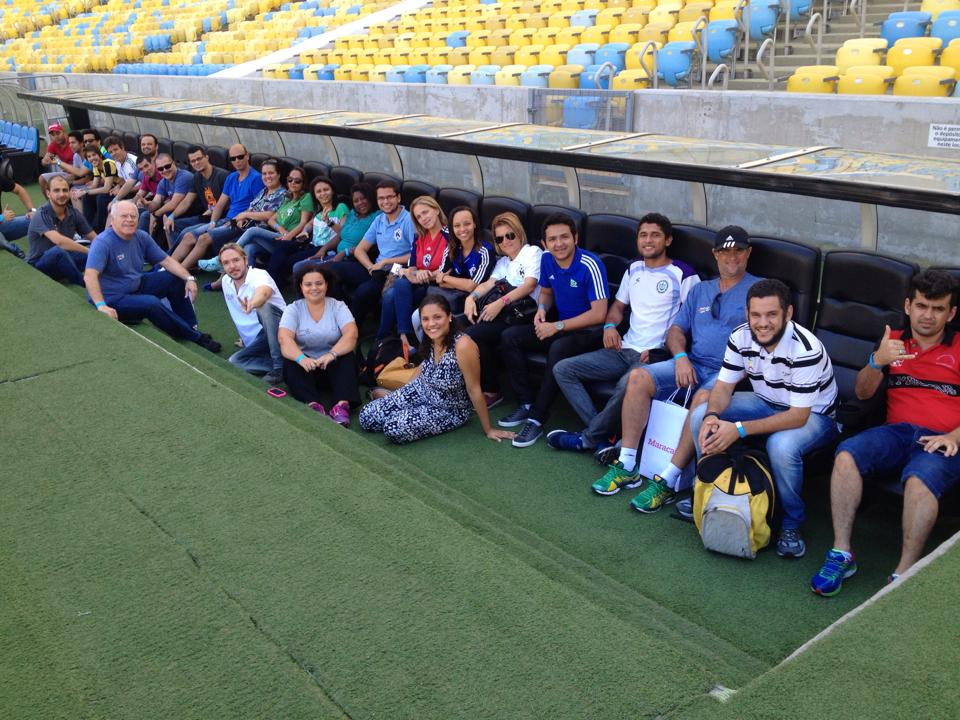 Grupo do Encontro da Comunidade de Aprendizagem no banco do Maracanã.