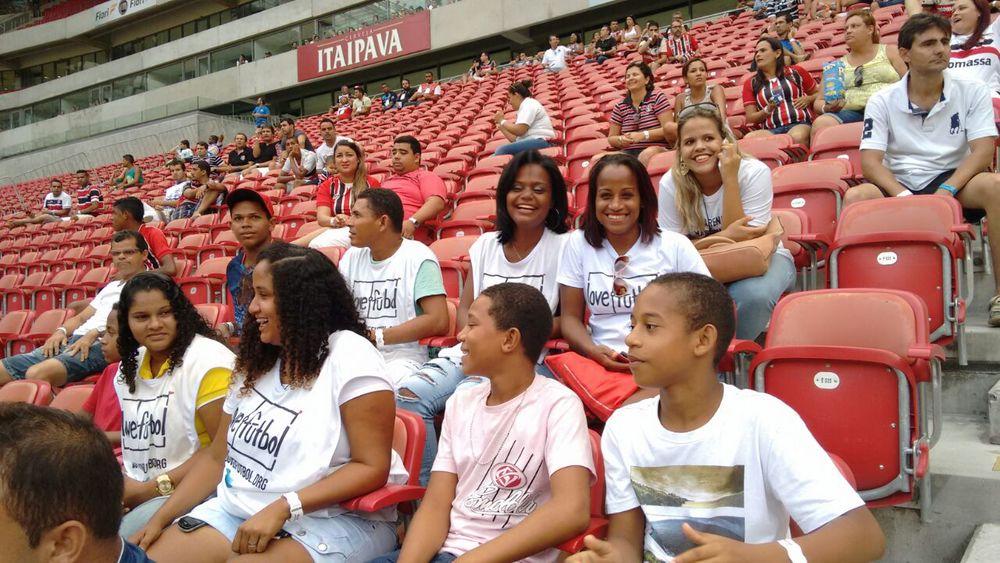 Um sorteio na comunidade definiu quem iria assistir ao jogo na Arena Pernambuco.