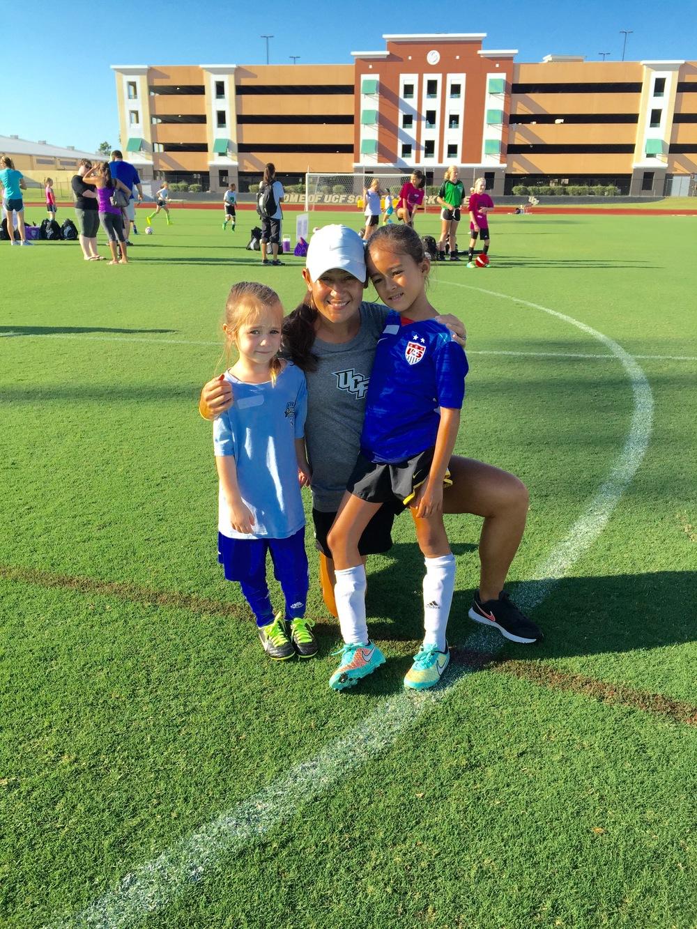Tiffany com as filhas Layla (7) e Evie (5) no acampamento de futebol que ela gerencia na University of Central Florida e que contou com 150 meninas.
