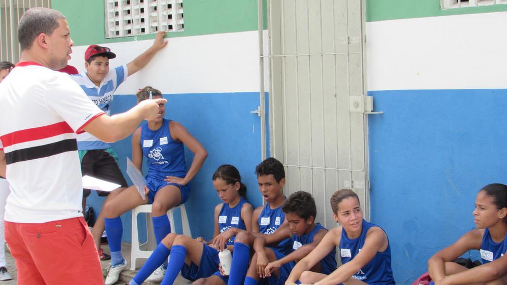 Gerson explica à turma como jogar com o Futebol3.