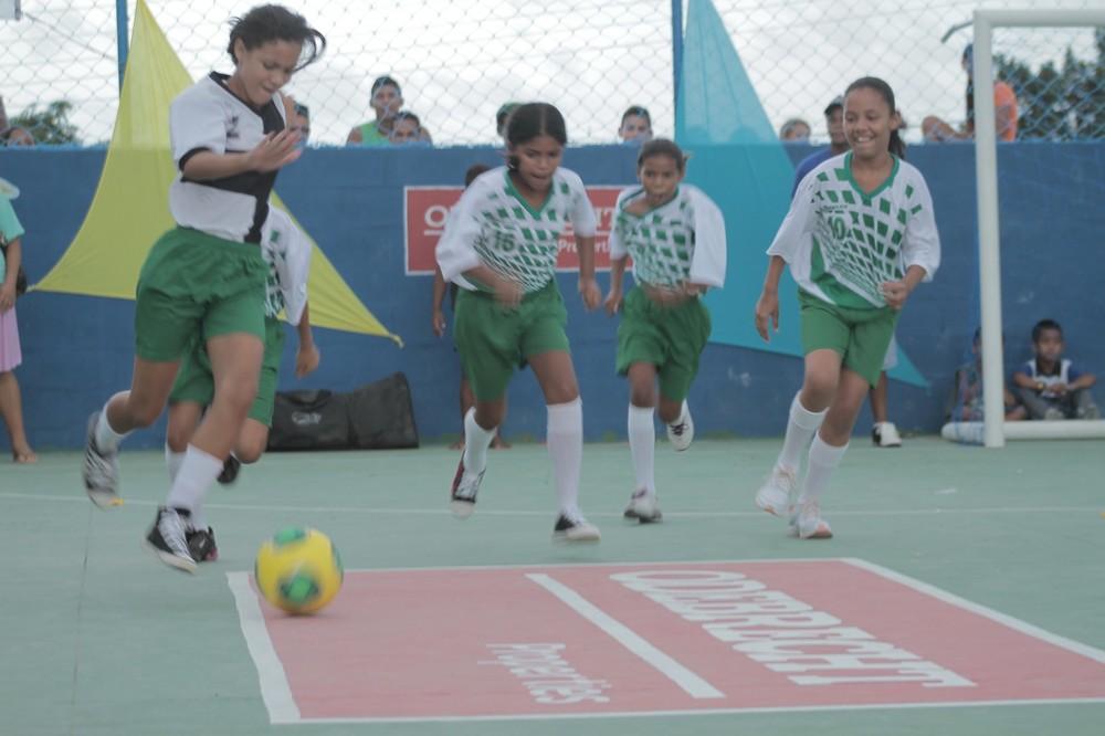 As meninas de Penedo de Cima, Pernambuco, Brasil, são competitivas e levam público à quadra - primeiro espaço público comunitário em décadas.