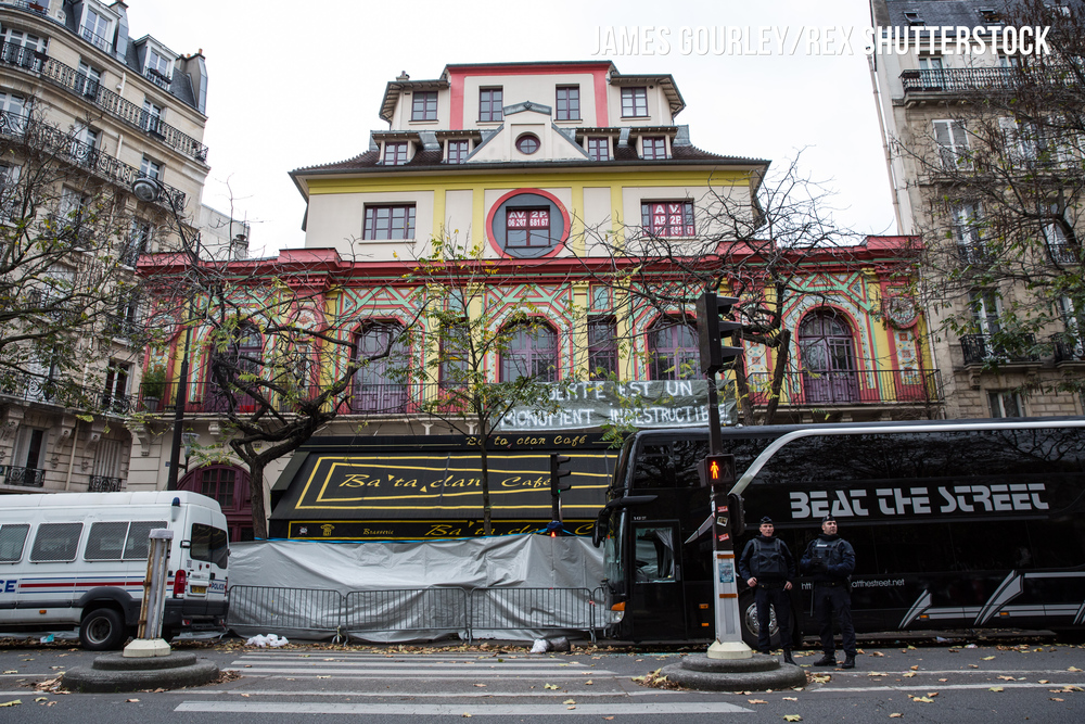 Police officers outside the Bataclan Caf�