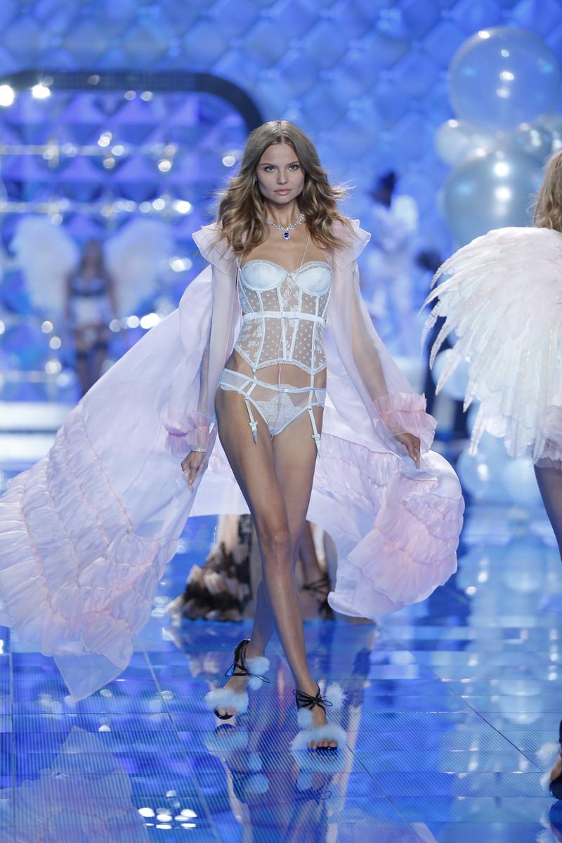 fashion-show-runway-2014-dream-girl-magdalena-victorias-secret-hi-res.jpg