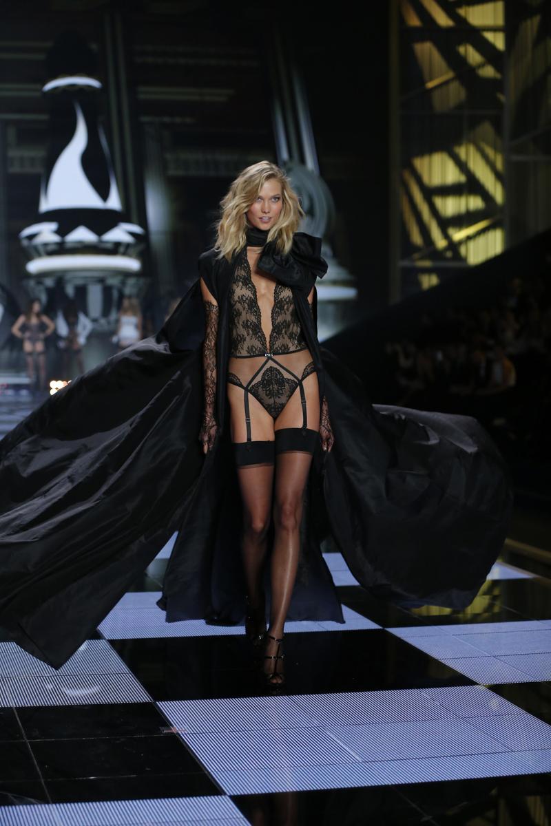 fashion-show-runway-2014-angel-ball-karlie-victorias-secret-hi-res.jpg