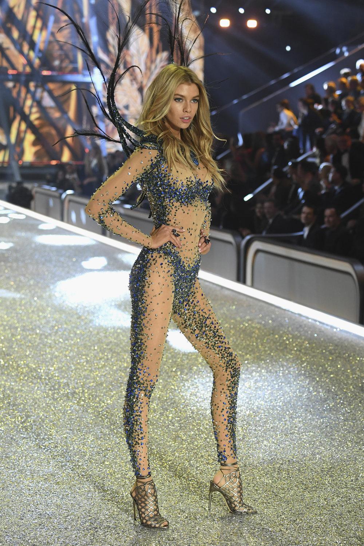fashion-show-runway-2016-bright-night-angel-stella-look-1-victorias-secret-hi-res.jpg