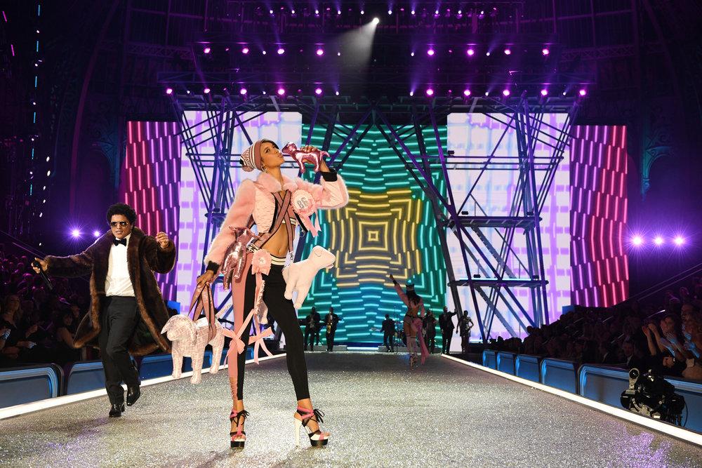 fashion-show-runway-2016-pink-nation-dilone-look-14-victorias-secret-hi-res.jpg