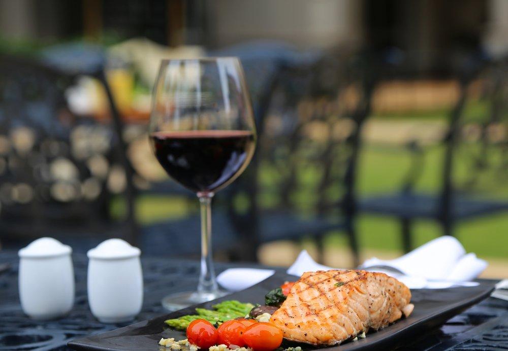 Zkuste k ní Rulandské modré - Kombinace ryby s červeným vínem se bát nemusíte. Práve odrůda Pinot Noir se hlavně ke grilovaným rybám hodí skvěle.