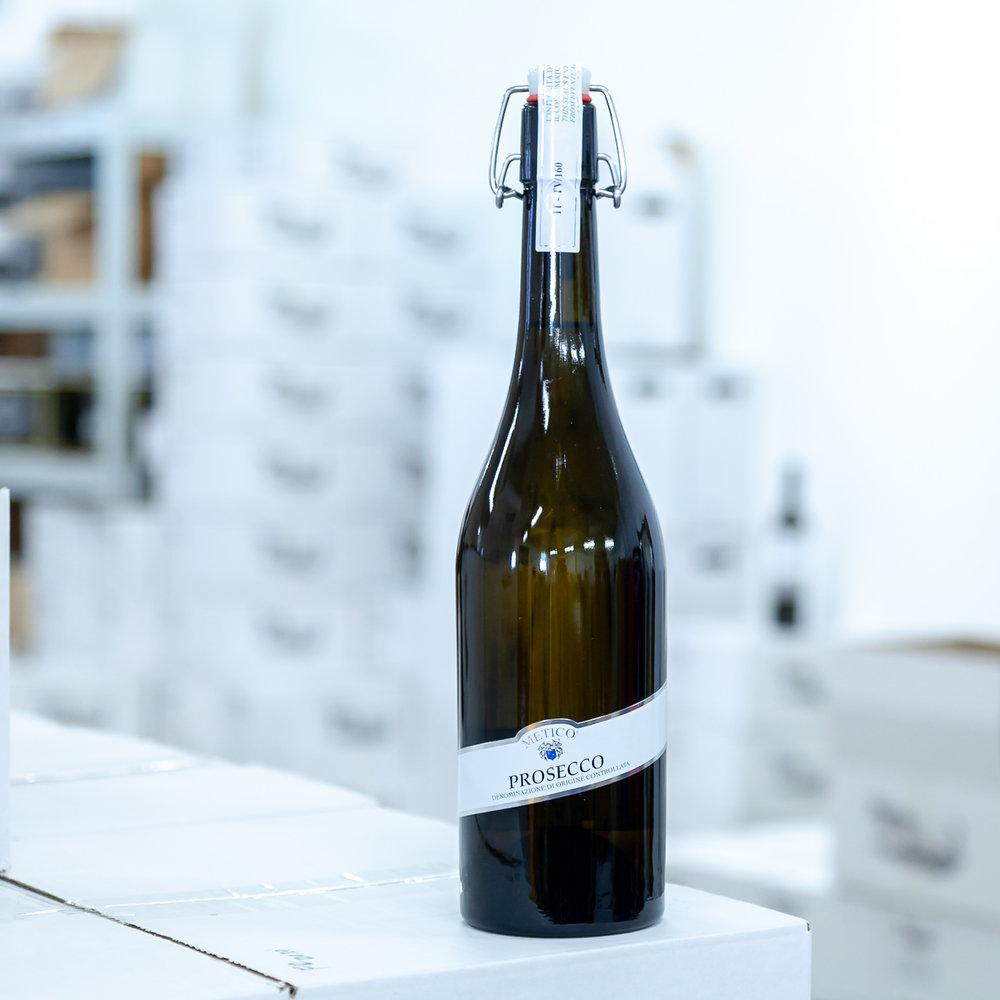 Řada základních perlivých vín Metico - - Glera- Prosecco- Speciální uzávěr Click Cap pro opětovné uzavření
