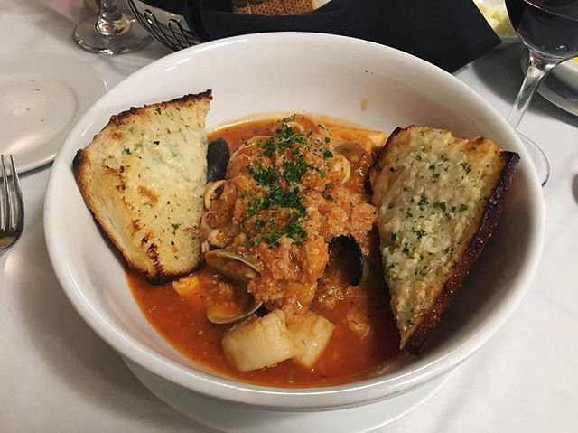 Seafood cioppino with the garlicky-est garlic bread ✅