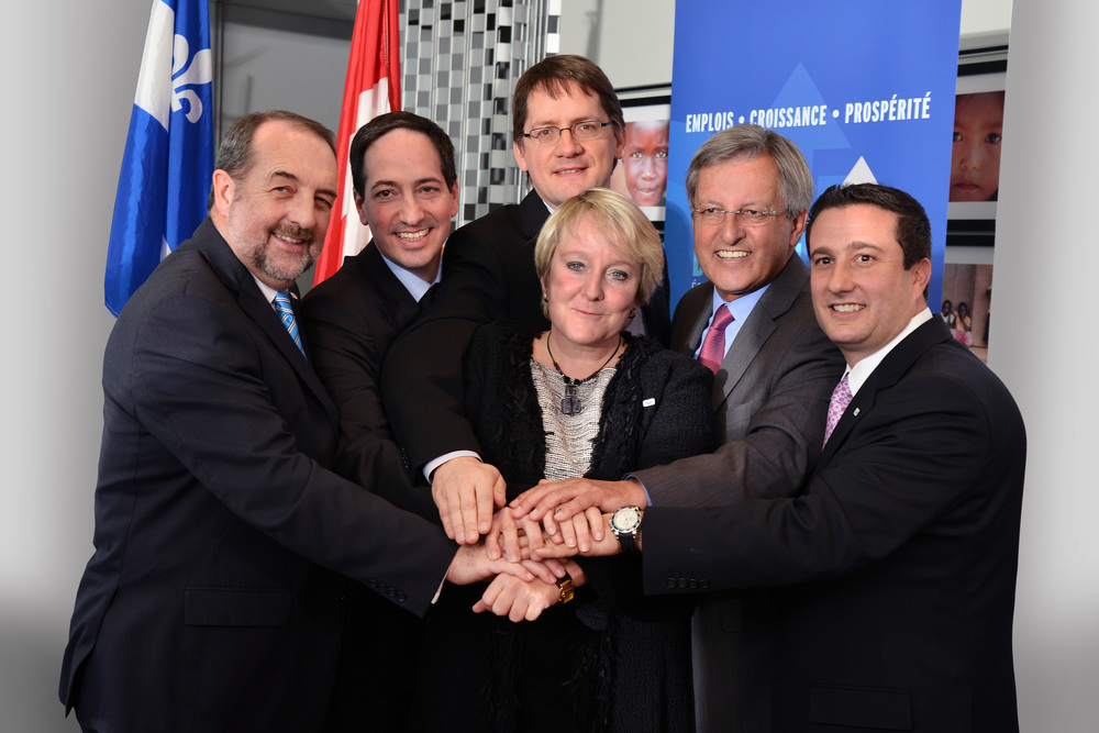 Les ministres Denis Lebel. Stéphane Bédard et Sylvain Gaudreault se joignent à Martine Turcotte, vice-présidente au Québec pour Bell, le maire Jean Tremblay et John DiNardo, président de Nordia pour cette annonce.