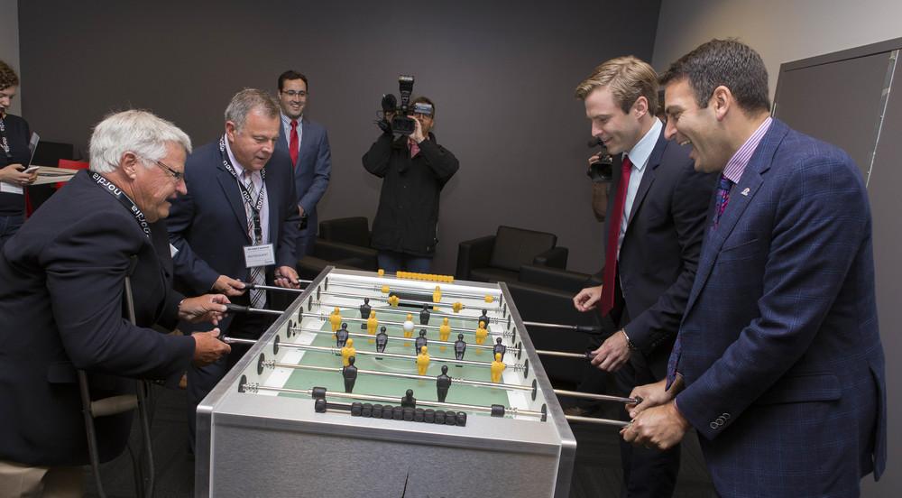 Les ministres Doherty et Doucet affrontant le premier ministre Gallant et le maire Norton lors d'une partie de foosball au centre de Saint-Jean