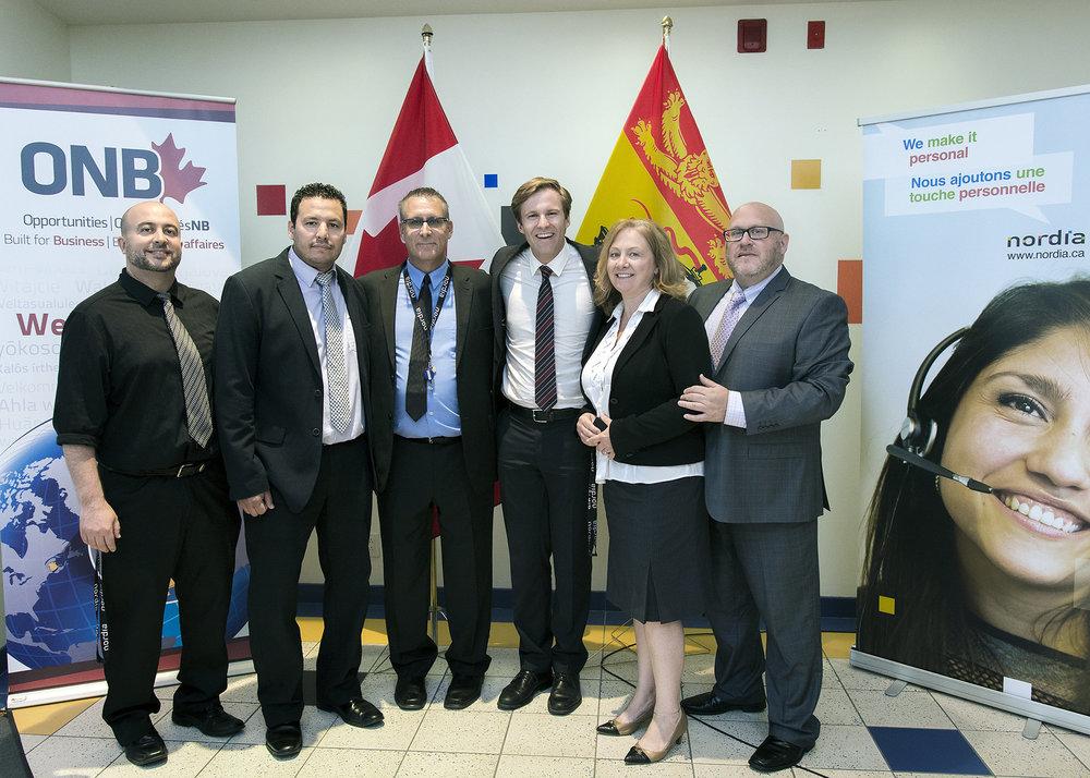 Le premier ministre Gallant en compagnie de l'équipe des opérations de Moncton
