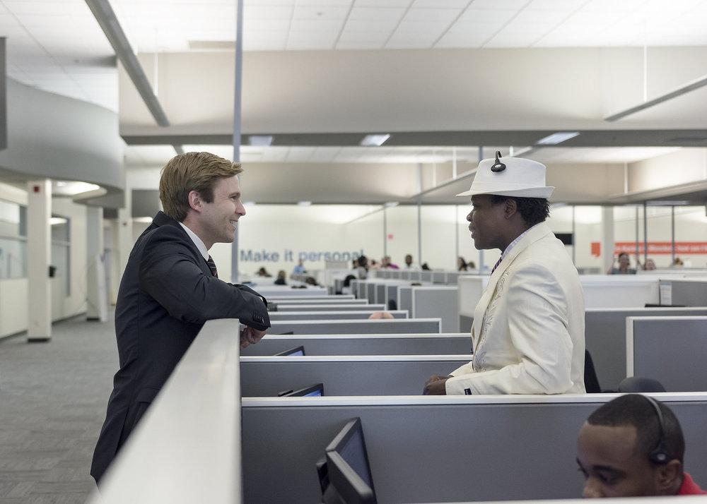 Le premier ministre Gallant discutant avec un employé