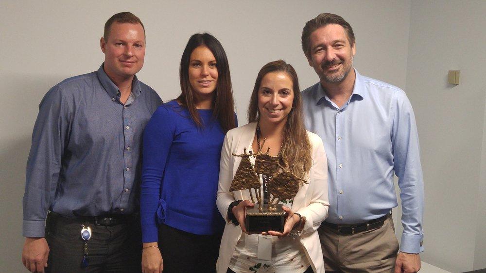 De droite à gauche: Jean-Claude Losier et Laurie Morrisson ( Chefs des opérations), Stéphanie Delorme (Recruteur) et Chris Kaufmann (Directeur de site)